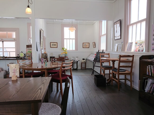 10.館内テーブルの様子の写真(2)