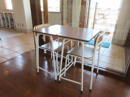 14.机と椅子の写真