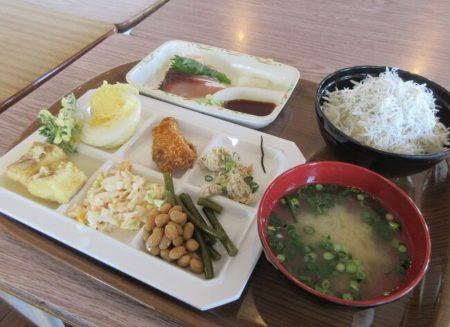 15.しらす丼と地元食材ランチの写真