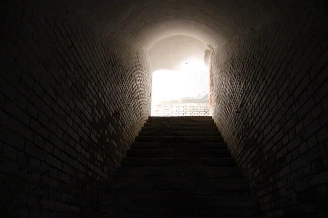 23.砲座を繋ぐ通路へと続く階段の写真