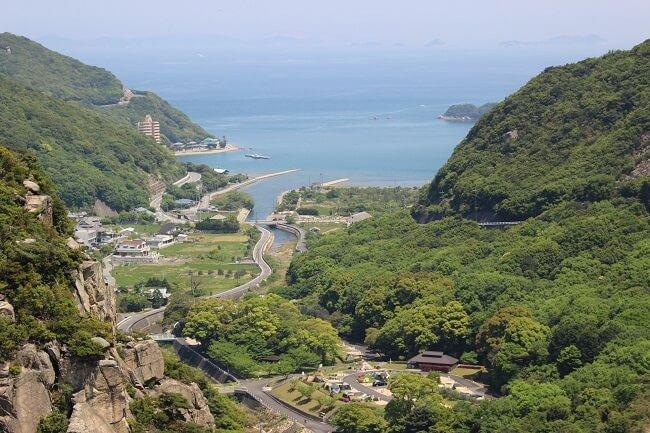 20.吉田ダムの天端から見渡せる海の写真