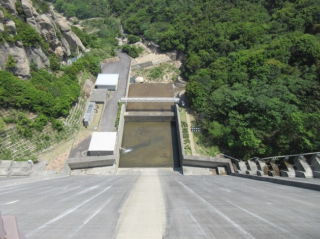 22.吉田ダム(天端)から下を見下ろした写真