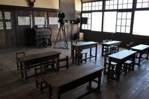 撮影機材が残る教室の写真