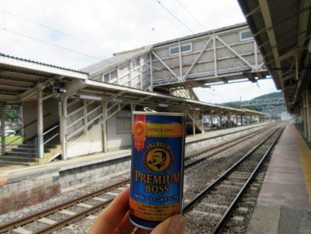 06.駅構内と缶コーヒーの写真