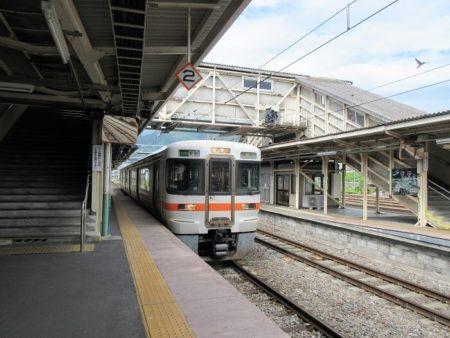 07.岡谷行きが入線する写真