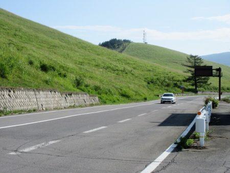 09.メロディーロードを走る車の写真