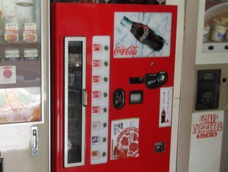 34.コーラの自動販売機の写真