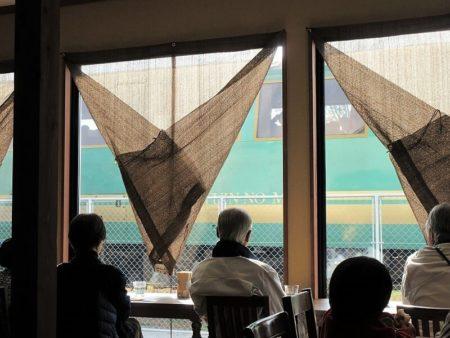 カフェから見える列車の写真