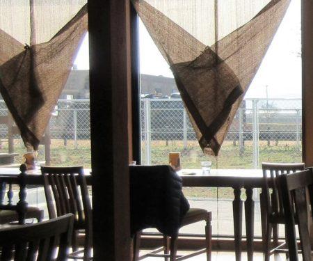 窓側のカウンター席の写真