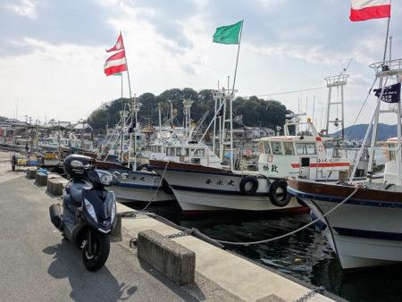 室津漁港と原付の写真