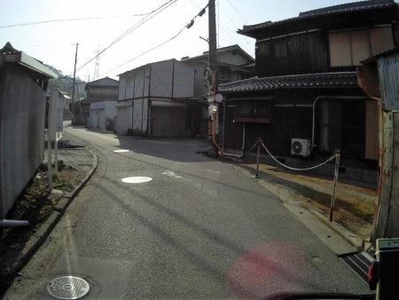 民家の中を抜ける道の写真