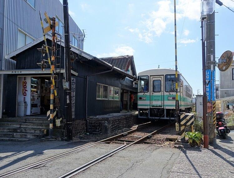 西御坊駅と列車の写真