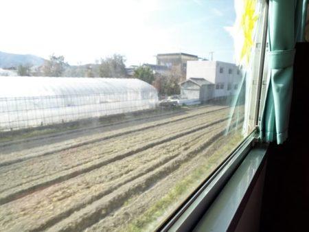 車窓から見える田園風景の写真