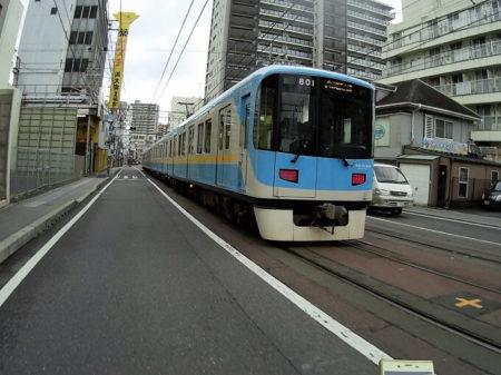 路面を走る京阪電鉄の写真