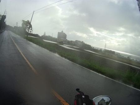 雨の中琵琶湖沿いを走る写真