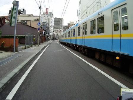 京阪電車と一緒走る写真