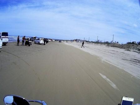 千里浜なぎさドライブウェイを走る写真