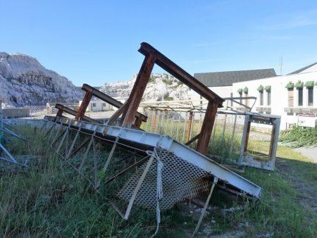 吹き飛ばされた橋げたの写真