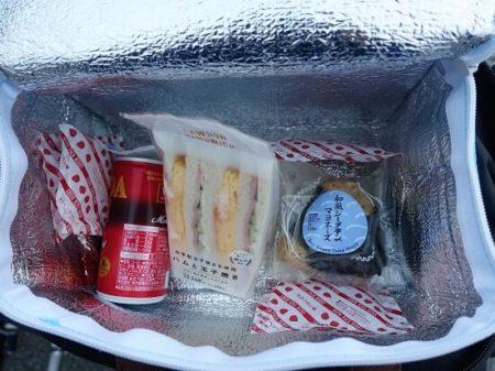 クーラーBOXに入れた朝ご飯の写真