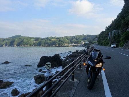 清々しい早朝の海沿い県道の写真