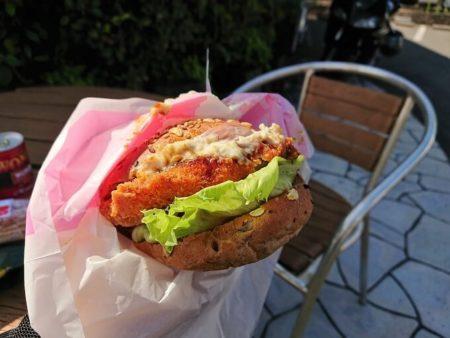 紀州梅バーガーを食べる写真