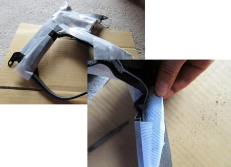 保護テープを貼る写真