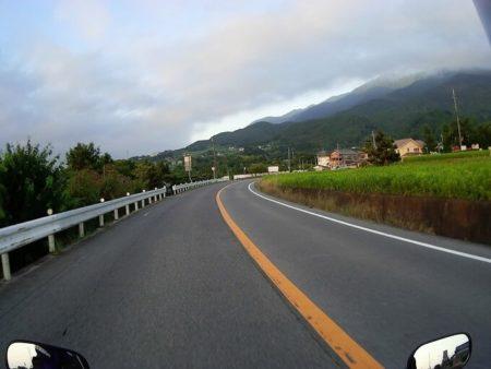 奈良山麓線を走る写真