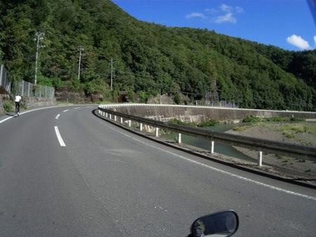 県道19号線川沿いの写真