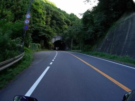 国道173号線山岳地帯トンネル前の写真