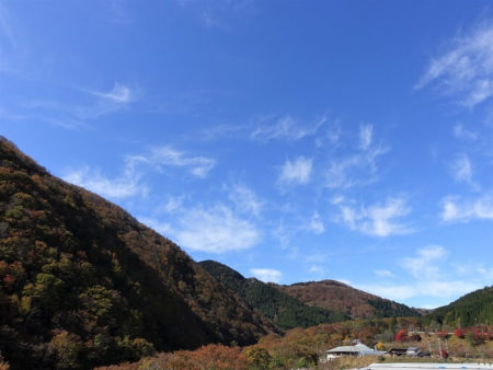 明宝温泉近くからの紅葉の写真