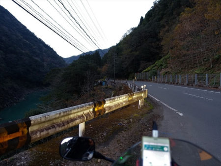 国道219号線(薄暗いダム湖沿い)の写真