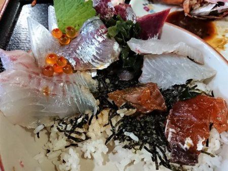 塩湯の海鮮丼を半分食べた写真