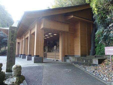 臼杵石仏のシャッター付きお堂の写真