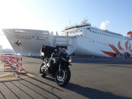 南港で新造船きりしまと記念撮影した写真