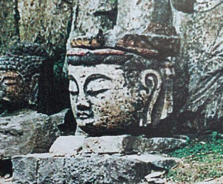 首だけの臼杵石仏の写真