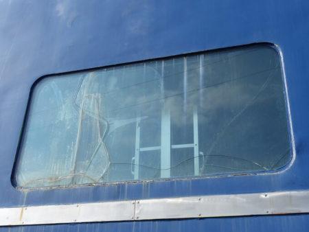 窓ガラスが割れてる写真
