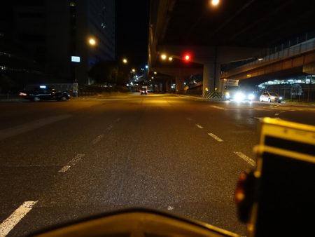 まっくらな早朝の町を日生へ向けて走る写真