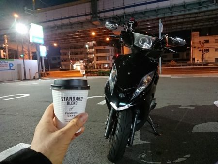 神戸のファミマでコーヒー休憩している所の写真