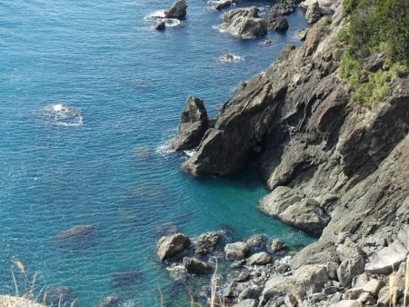 リアス式海岸に浮かび上がる海が綺麗な写真