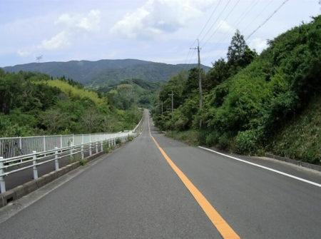 開放的に続く紀ノ川広域農道の写真