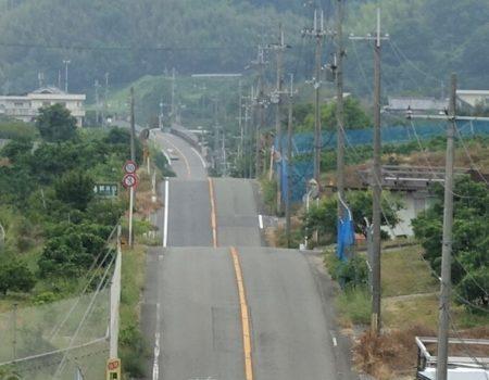 連続する丘ジェットコースターの道の写真(コブの部分ドアップ)