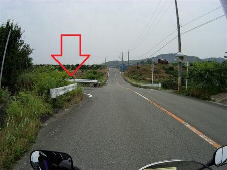 頂上付近にT字路ありの注意喚起の写真
