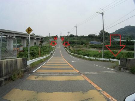坂の途中にあるT字路注意喚起の写真