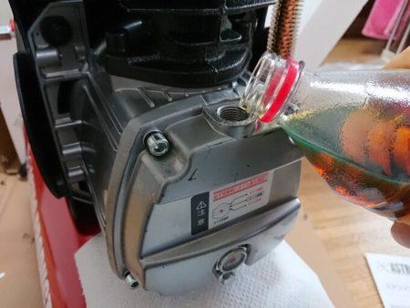 コンプレッサーにオイルを注入する写真