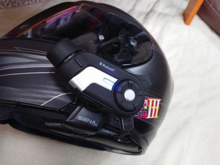 ヘルメットに装着したインカムの写真