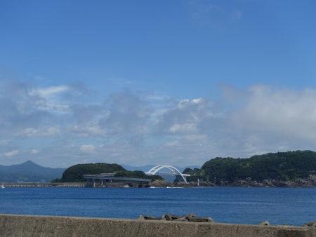 大島までは堤防のような道と橋でつながっているという写真