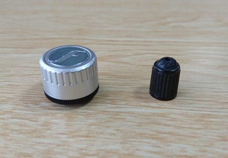 空気圧センサーとエアバルブキャップとの大きさ比較写真