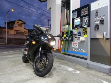 葛城山麓線のガソリンスタンドで給油中の写真