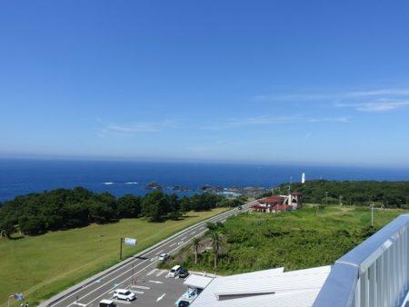 観光タワーから見下ろした潮岬灯台方面の写真