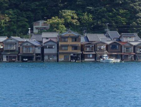海に浮かんでいる様に見える舟屋の写真